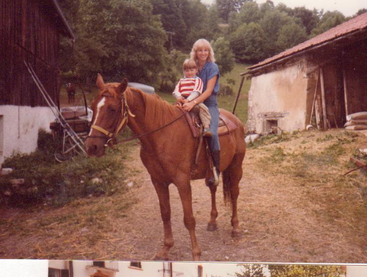 Tante og jeg på hesteryggen en herlig sommer i Frankrike :)