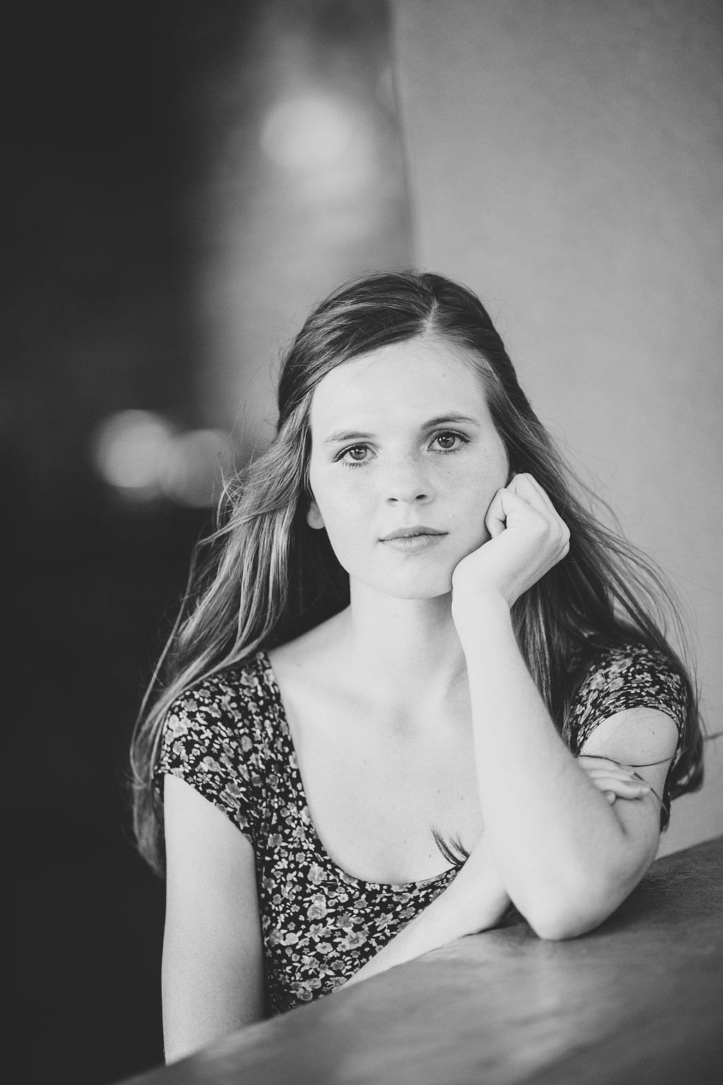 black-and-white-senior-photography-amber-ccv-leaning