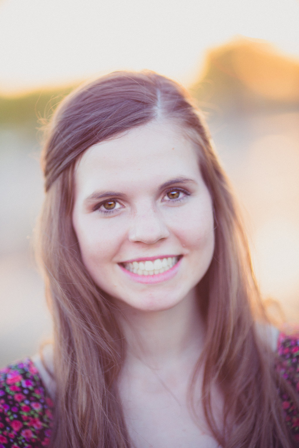 amber-senior-photos-smiling-backlit-peoria
