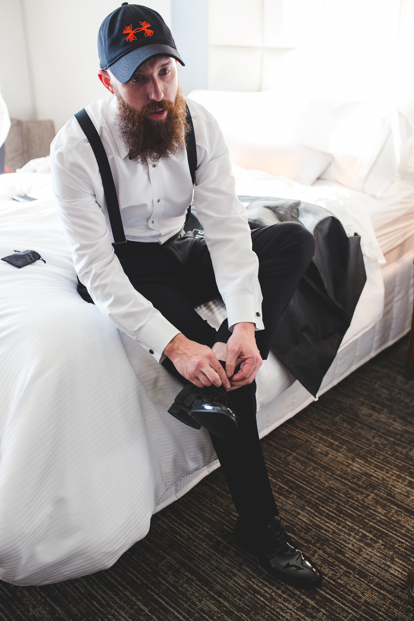 groomsman puts on his shoes hj