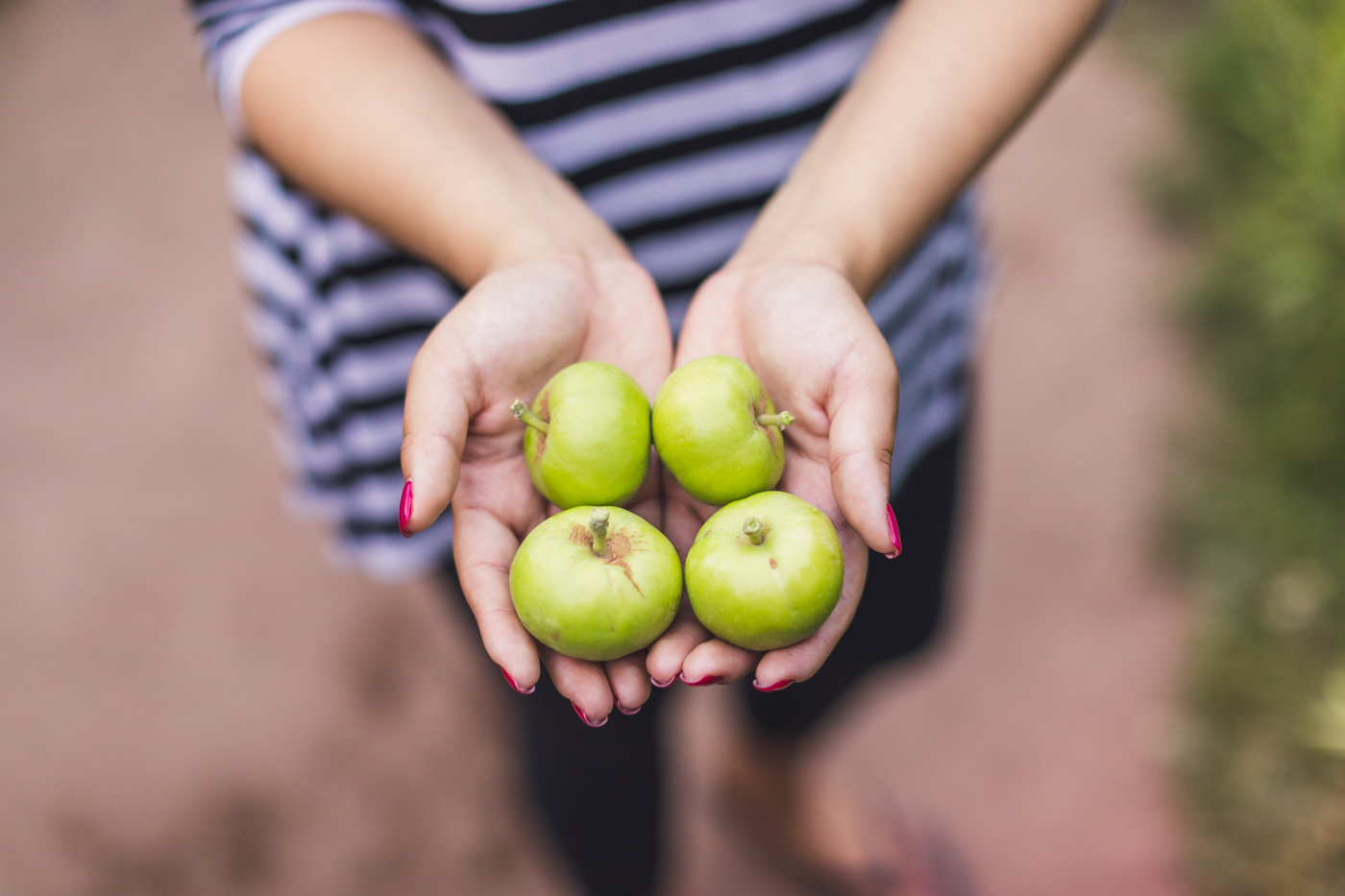 ruby-holding-apples