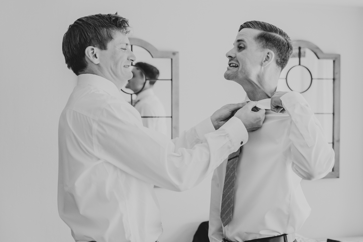 funny-groom-putting-on-tie