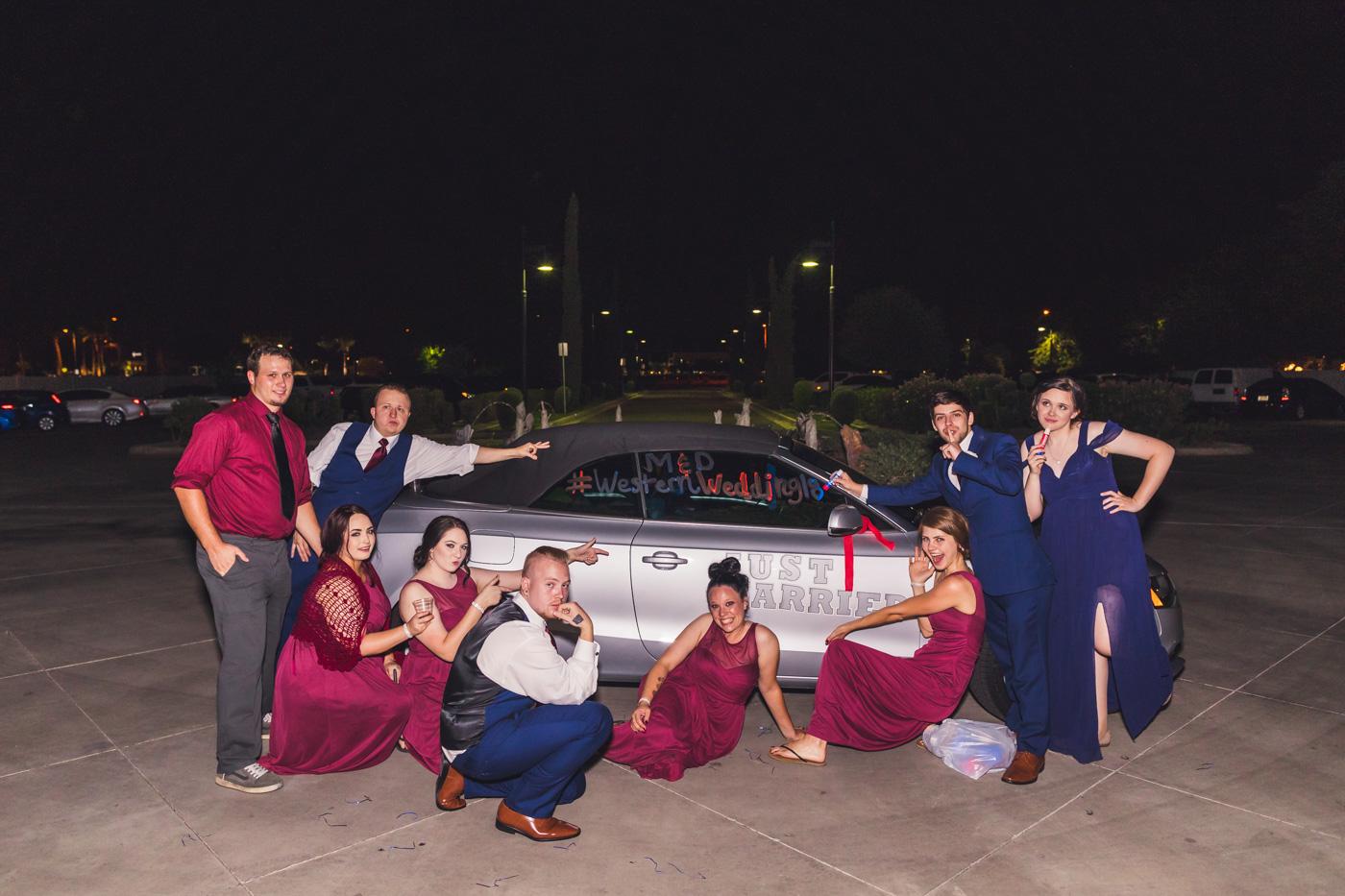 wedding-party-decorates-car
