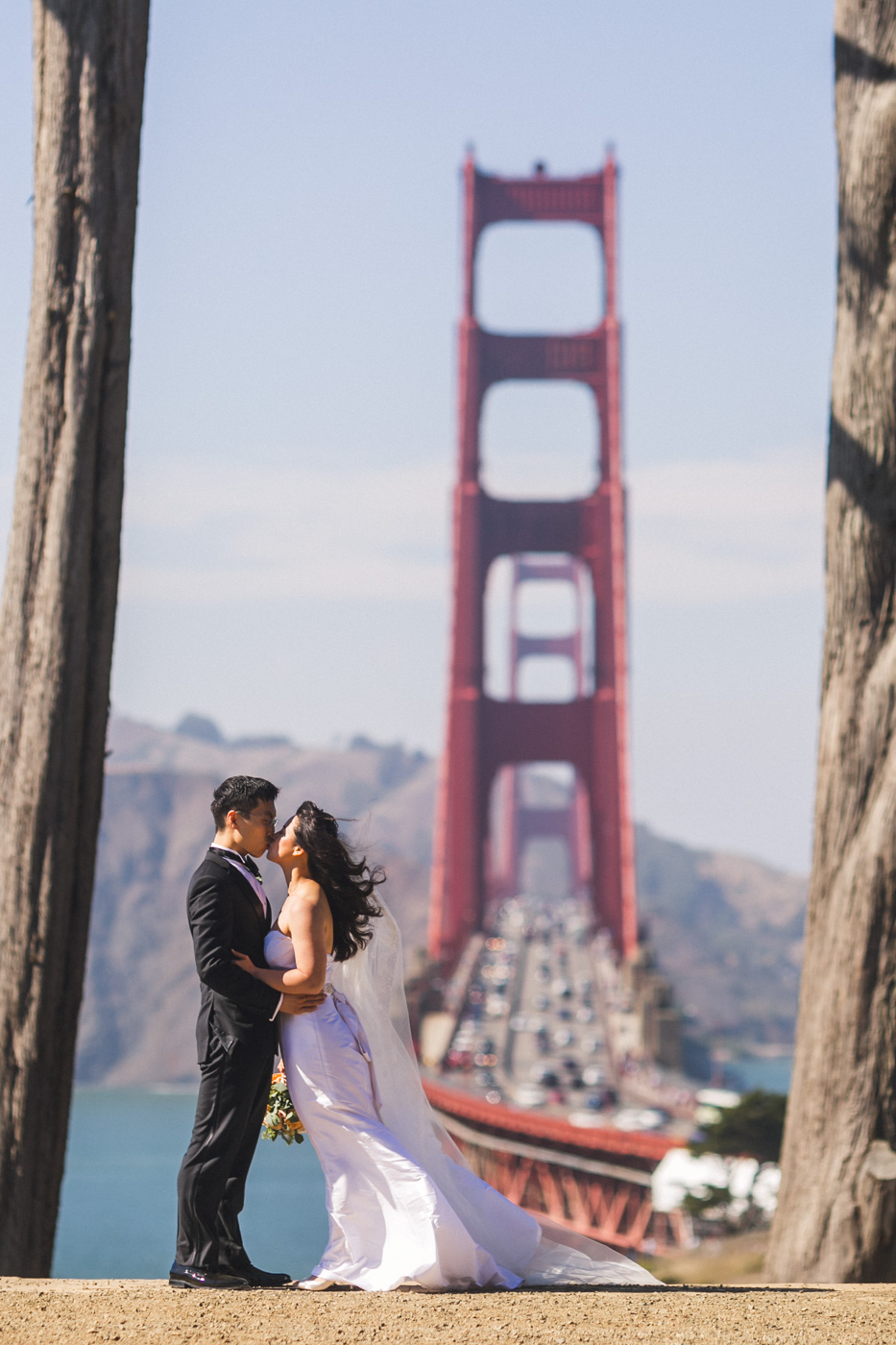 bride-and-groom-kissing-at-golden-gate-overlook