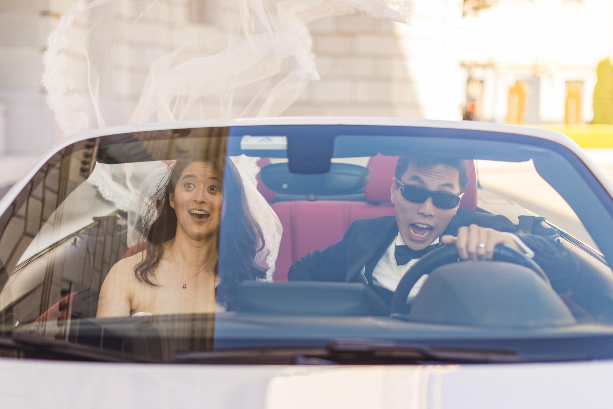 fun-wedding-photo-in-convertible