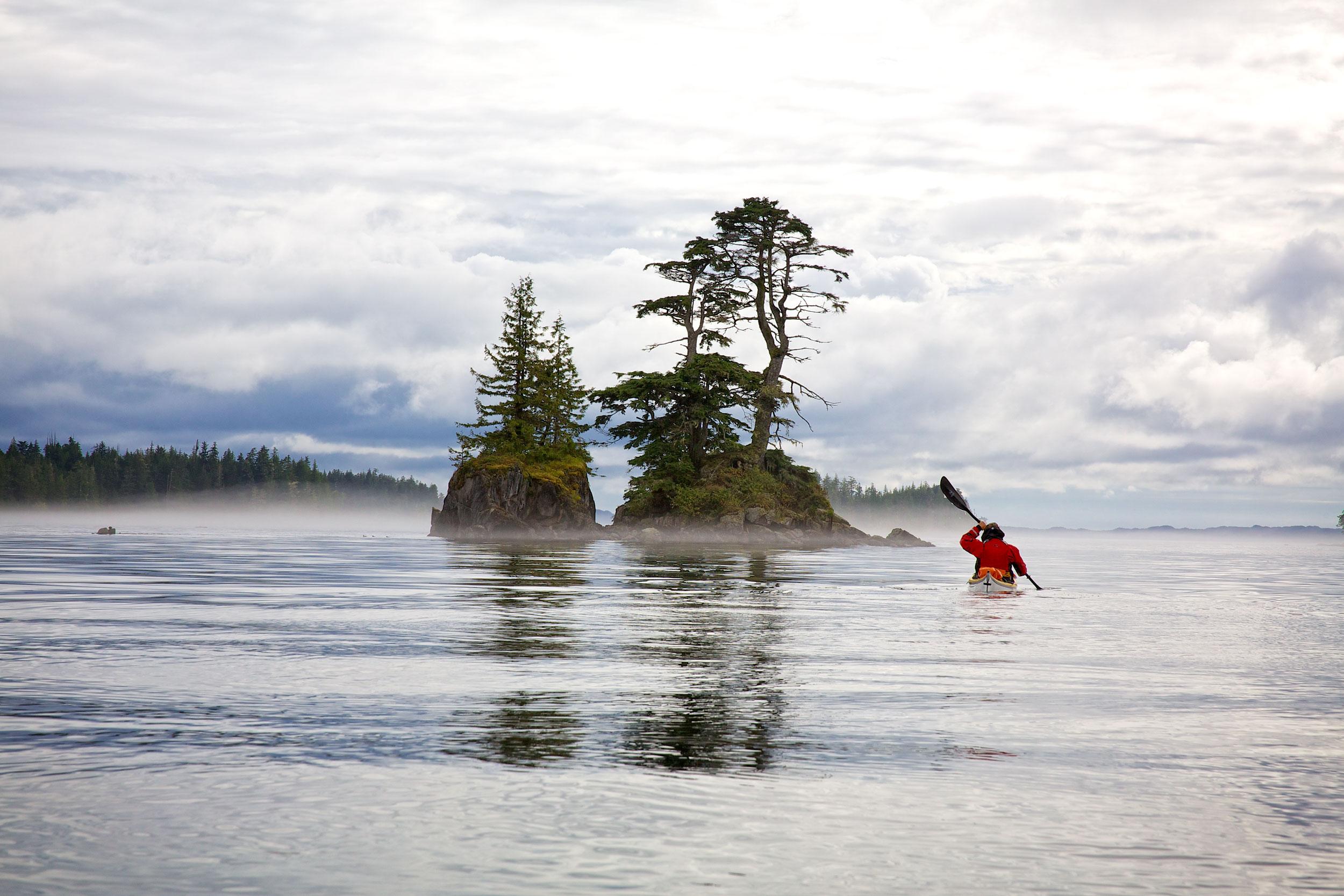 """Ursula, unterwegs an der Pazifik-Nordwestküste mit einem NDK Explorer. Sie paddelt übrigens auch hier """"zuhause"""" einen Explorer."""