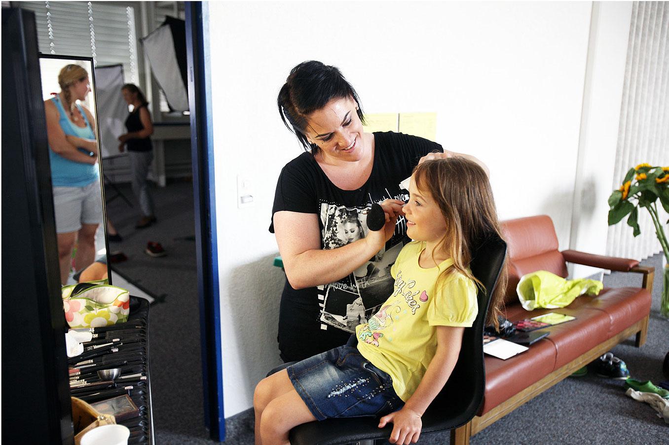 Visagistin Susanne Giovanettoni bereitet die Models vor