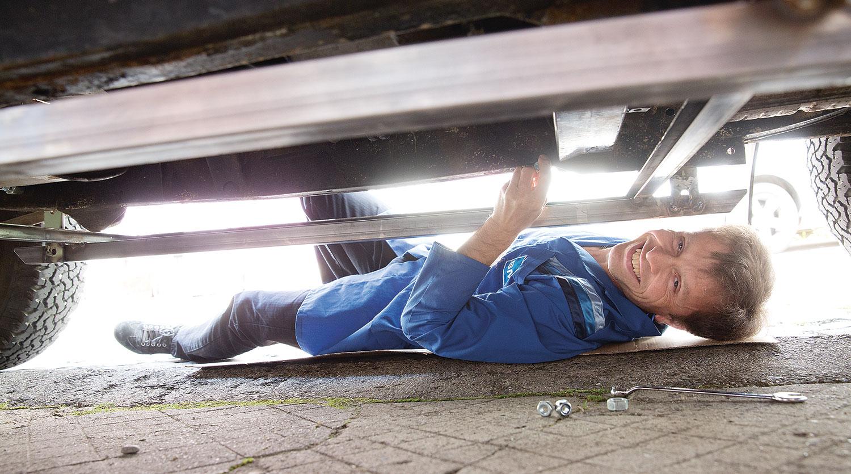 Stefan beim Montieren der Kassette für den Transport der Stahlplatten unter unserem Land Rover