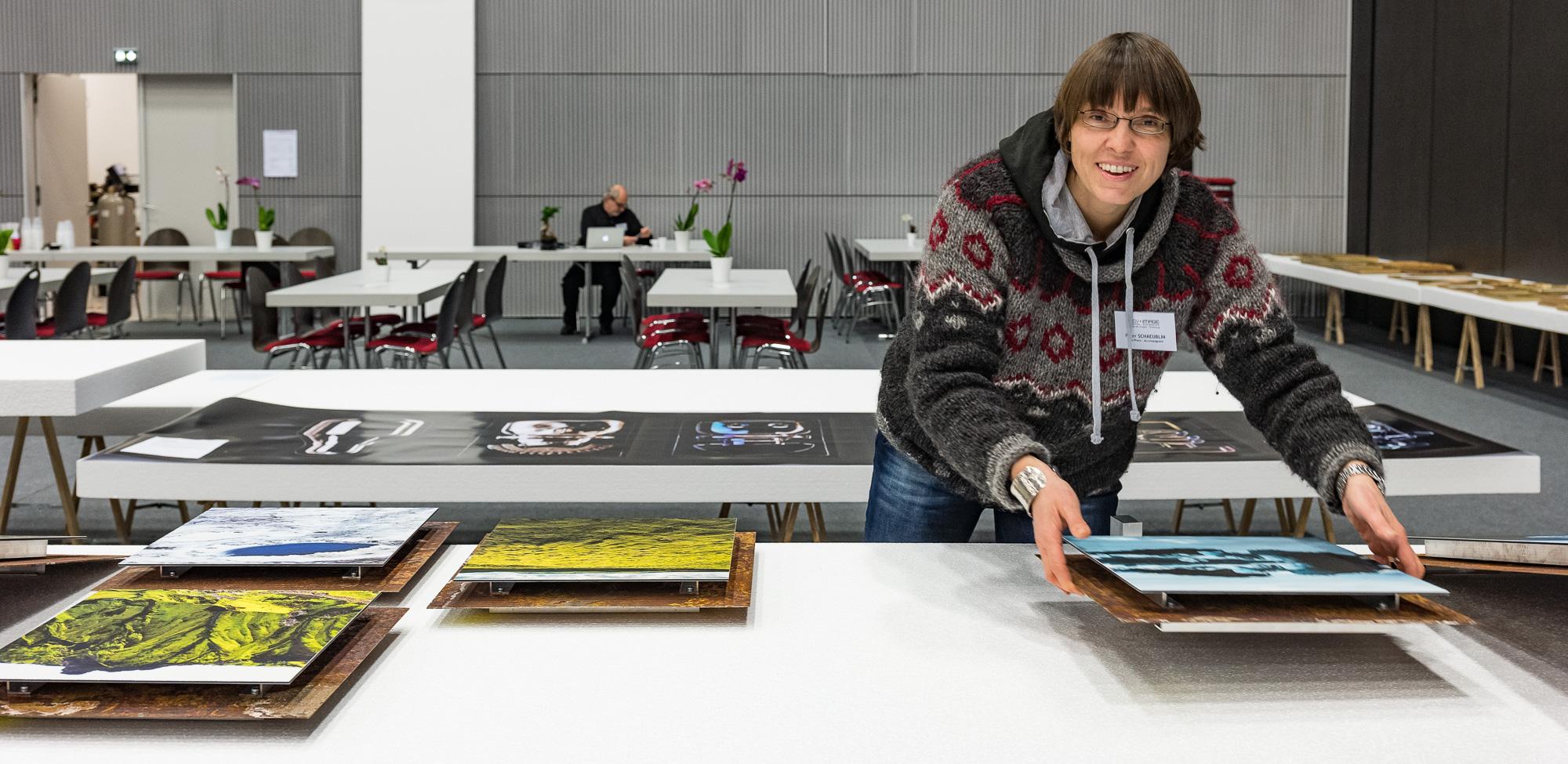 Ursula gestaltet unsere Ausstellungsfläche