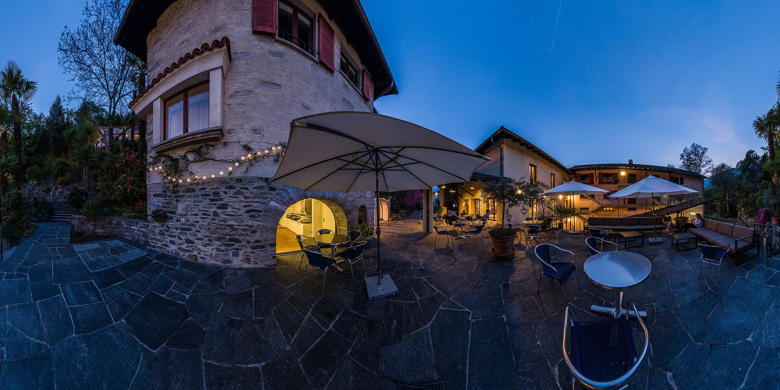 Wie bei der ganz normalen Fotografie ist auch bei der 360°-Panoramafotografie das Licht der essenzielle Faktor. Das Bild von der Piazza in der Casa Moscia in der Blue Hour lässt die Sehnsucht nach mediterranem Flair wach werden ...