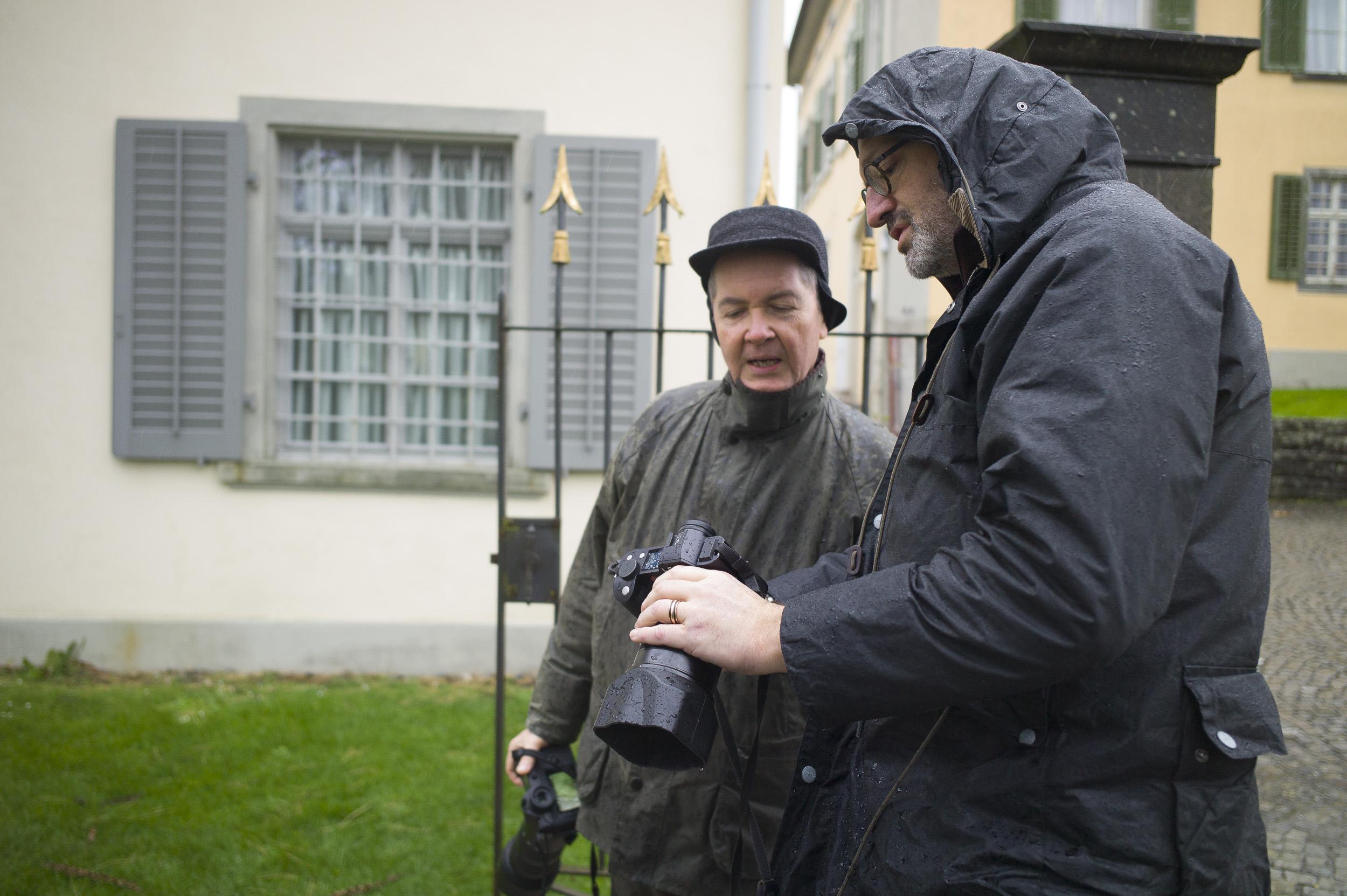 Austauschen im Regen Foto: Silvan Dietrich / Leica M9 / Elmarit-M 2.8 28 ASPH / 1/250 sec. f 2.8 800 ISO