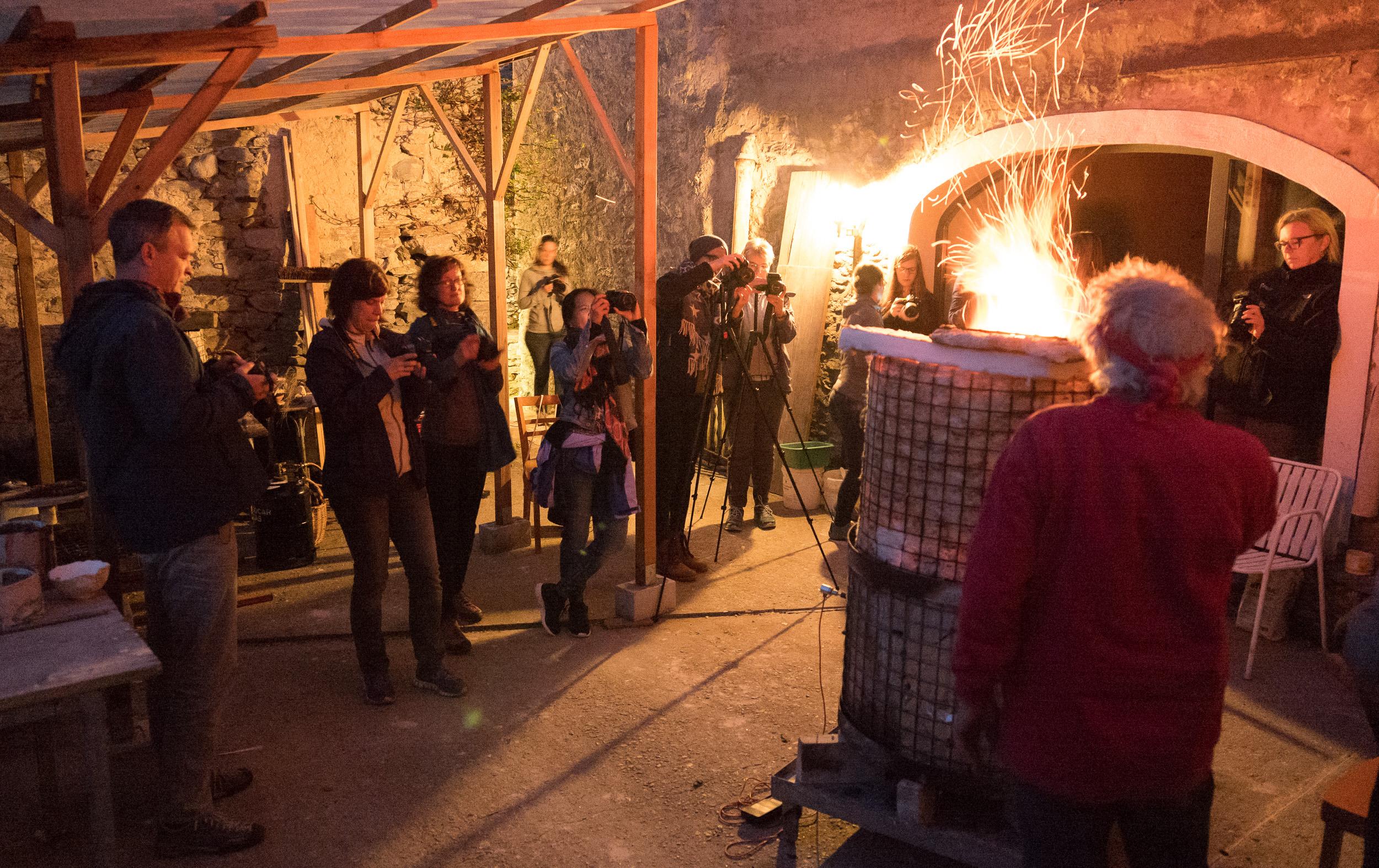 Unsere Fotogruppe im Innenhof von Renatos Ateliergebäude. Leica SL / SL 2.8-4.0 24-90 auf 24 mm / 1/10 sec / f 2.8 / 10 000 ISO / kein Stativ