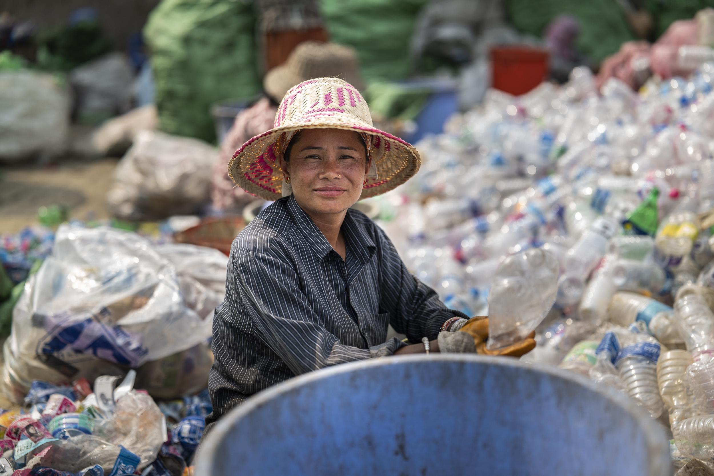 Voll offene Blende für dieses Portrait einer Mitarbeiterin in Nepals einziger PET-Recyclinganlage. Bei so kleinen Schärferäumen ist es empfehlenswert, viele Aufnahmen zu realisieren. Wenn Sie oder die Person im Bild sich nach dem Fokussieren nur um zwei Zentimeter nach vorn oder hinten bewegen, ist die Schärfe nicht mehr am richtigen Ort. Wenn Sie das Bild auf einem Socialmedia Kanal wie Facebook oder Instagram posten, wird das niemand merken. Wenn Sie allerdings einen gigantisch grossen Print erzeugen, wird die kleinste Fokussdifferenz unbarmherzig sichtbar. Panasonic S1R mit Lumix S 50 1.4 // 1/3200 sec // f 1.4 // 200 ISO // ungecropped