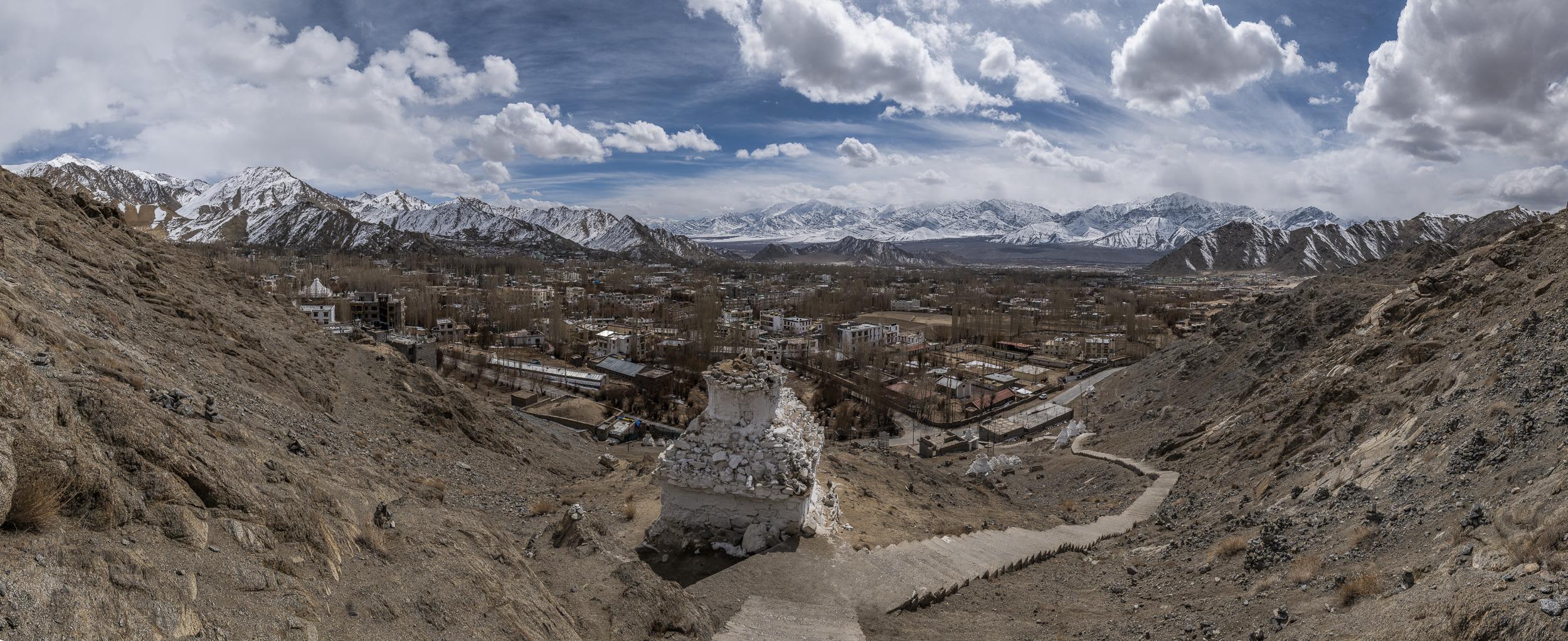 Unsere Reise startete in Ladakh, das auf 3500 müM liegt. Das Thermometer zeige zeitweise -12°C an.  Im Vordergrund sehen sie Leh, im Hintergrund die mächtigen Berge des Himalaya. Das Bild habe ich aus fünf Einzelaufnahmen in Lightroom zusammengesetzt. Das Original hat 137 Mpx. Panasonic S1R mit Leica Vario Elmarit SL 2.8-4.0 24-90 ASPH auf 24 mm // 1/500 sec // f 13 // 200 ISO