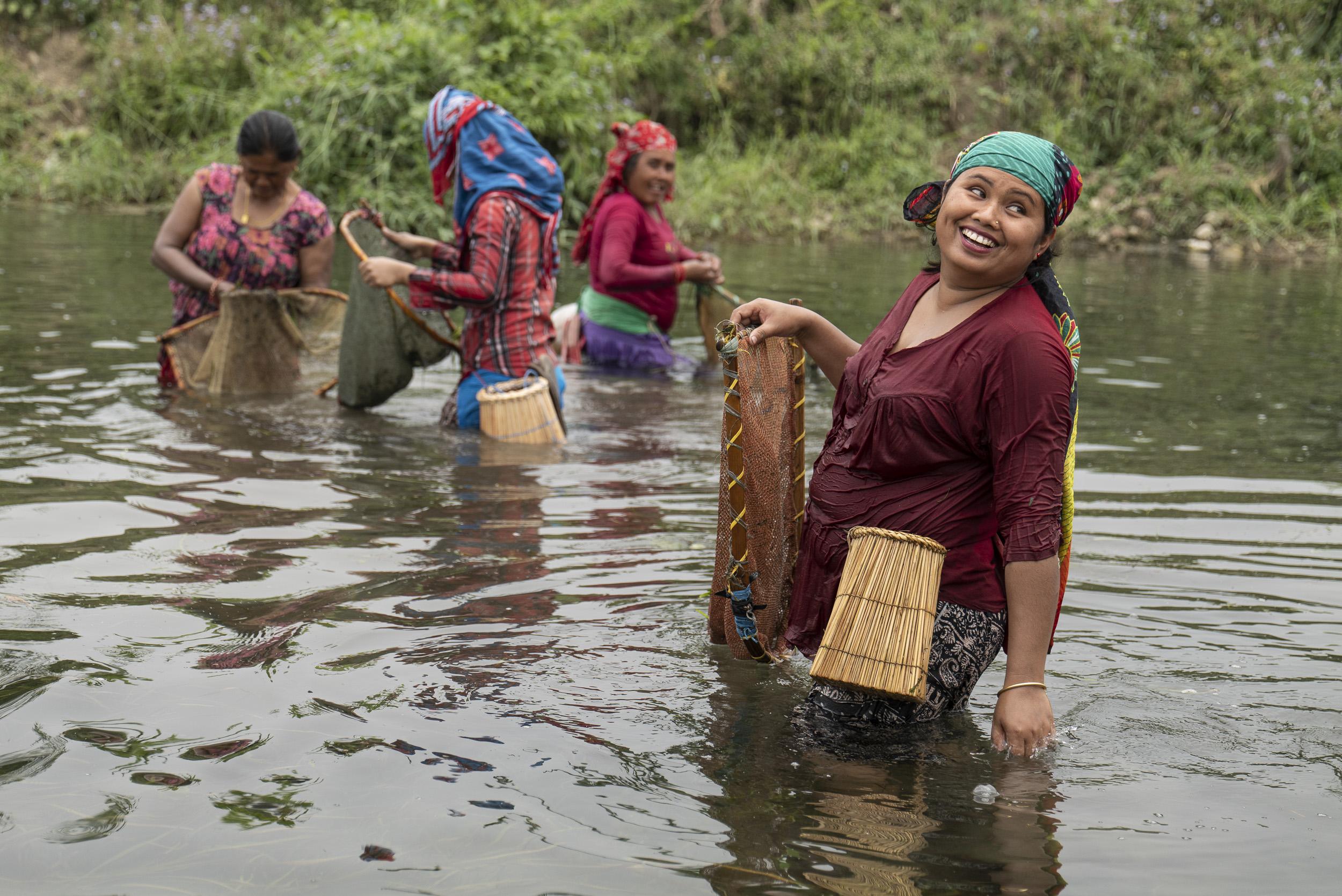 Letzte Destination unserer Reise war Chitwan im Süden Nepals, wo uns die Hitze mit über +30°C den Schweiss aus den Poren trieb. Die S1R hat die eisige Kälte in Ladakh genauso wie die Hitze in Chitwan klaglos weggesteckt und immer problemlos funktioniert. Das Bild zeigt Bäuerinnen, die im Fluss nach Schnecken suchen. Panasonic S1R mit Leica Vario Elmarit SL 2.8-4.0 24-90 ASPH auf 67 mm // 1/640 sec // f 4.5 // 320 ISO // Ausschnitt mit ca. 35 Mpx
