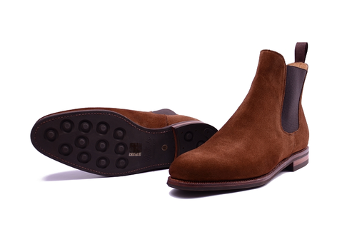 It's a classy suede boot and a chelsea boot all in one | from:  meermin.es