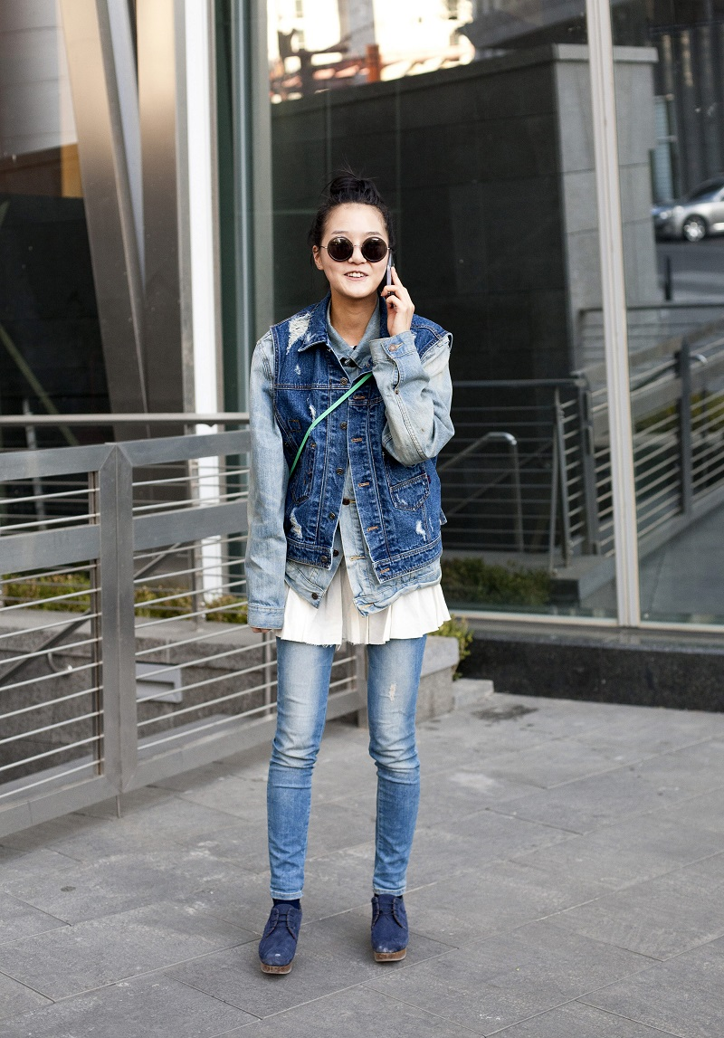 Mixing up your denims is a great way to add contrast and personality to an otherwise solid look. From:  noonkoeep.tumblr.com