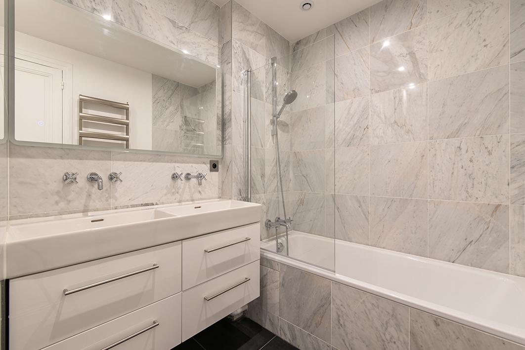 Salle de bain -  Baignoire et revêtement marbre