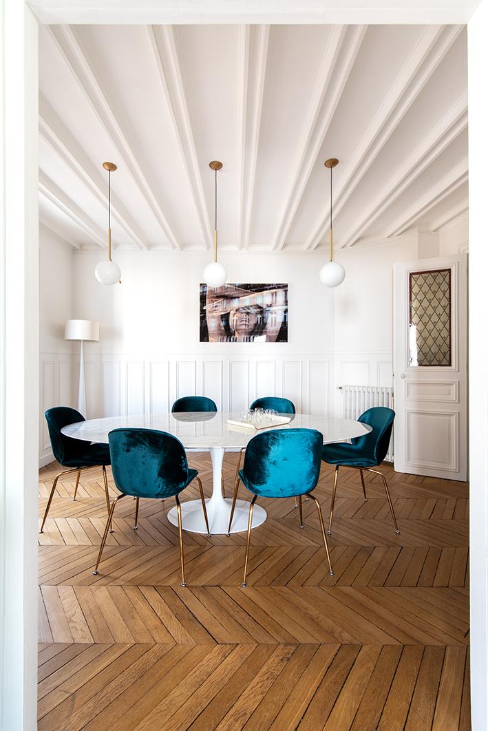 Salle à Manger - Table Knoll, chaises Gubi, suspension Flos