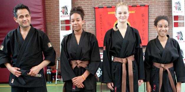 FOTO van links naar rechts:  hHans Segers (hoofdinstructeur/examencommissie), Alicia Sam, Pascalle de Zoete en Chanel Sam (zie voor meer bij Publicaties)