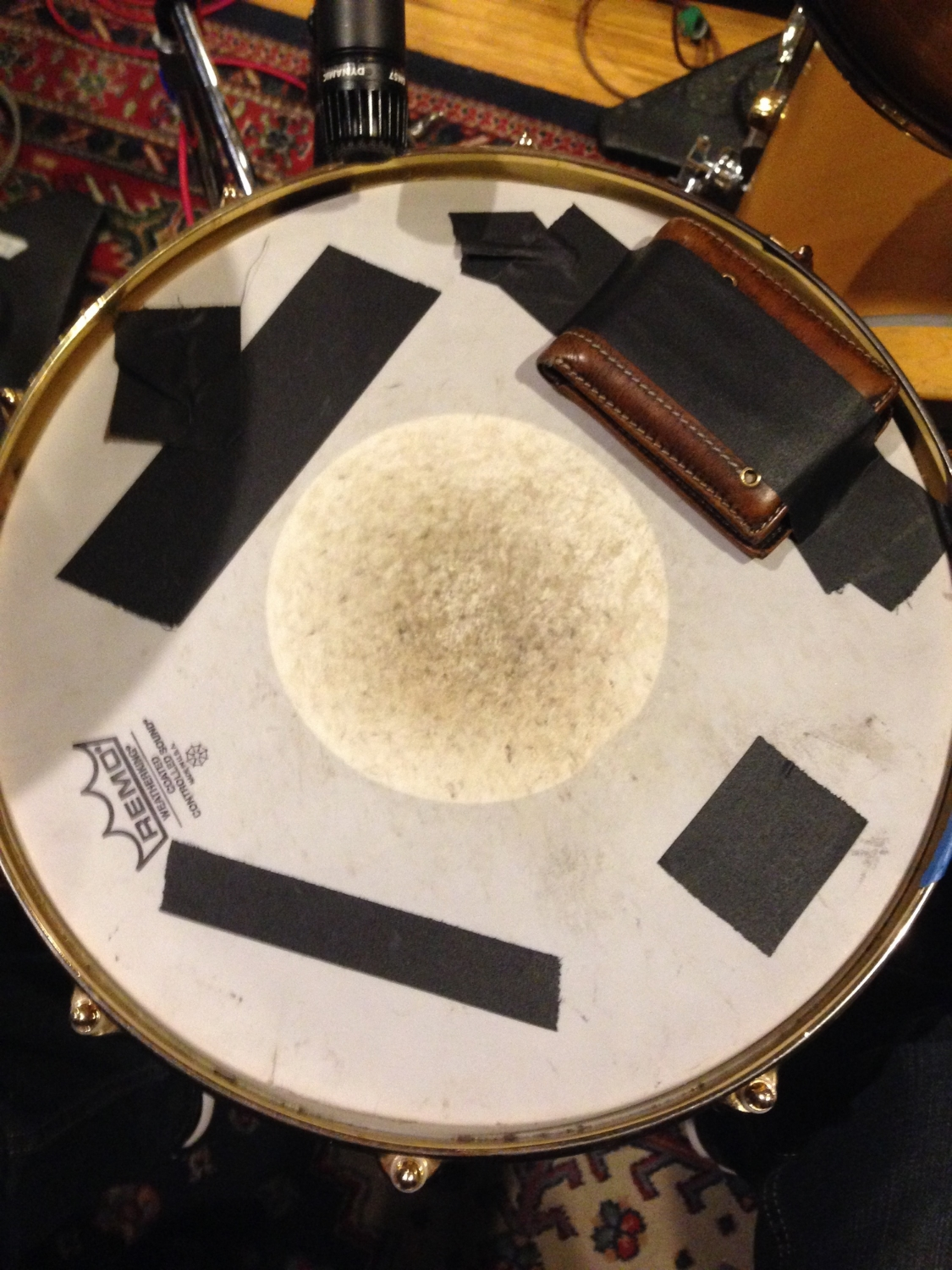Tim Clausen's snare drum rig, getting rid of the ringing Db with wallet