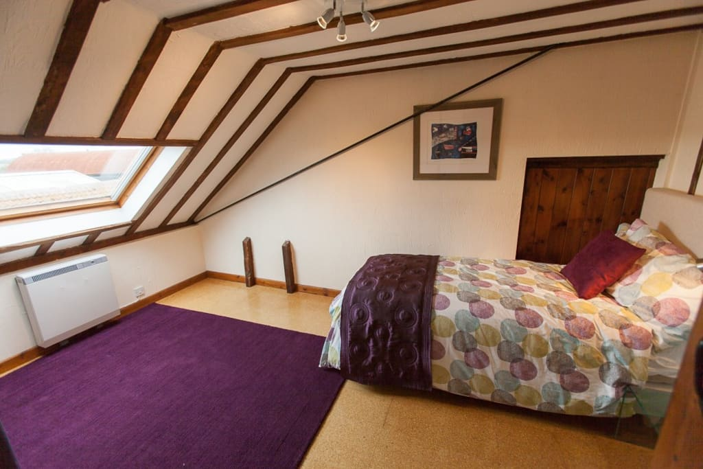 Cosy single bedroom with gorgeous beams