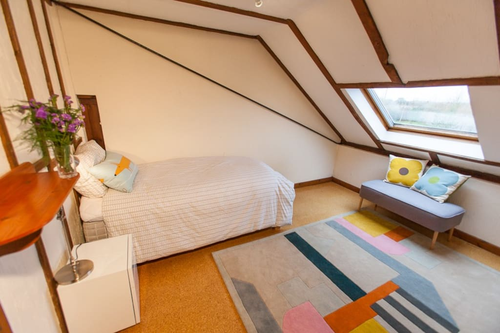 Cosy north single bedroom with Savoir Mattress