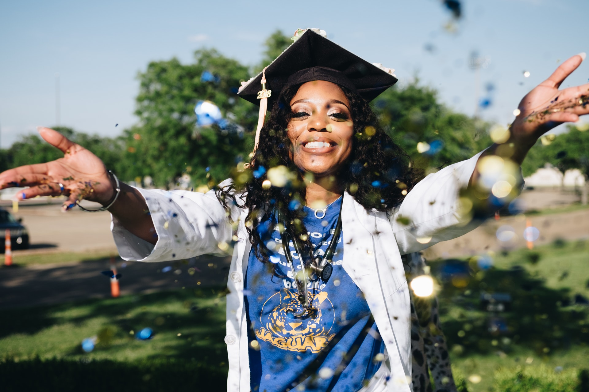 confetti-girl-graduation-1139317.jpg