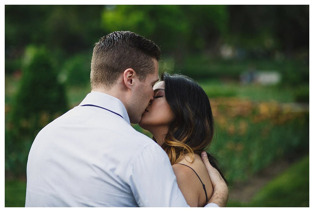 The kiss of the bride and groom in the parks of the city of Toronto.