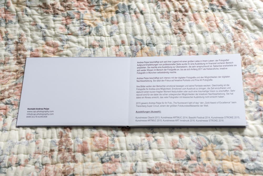 Die ersten beiden Seiten im Buch -die linke Seite ist auf die Rückseite des Covers geklebt