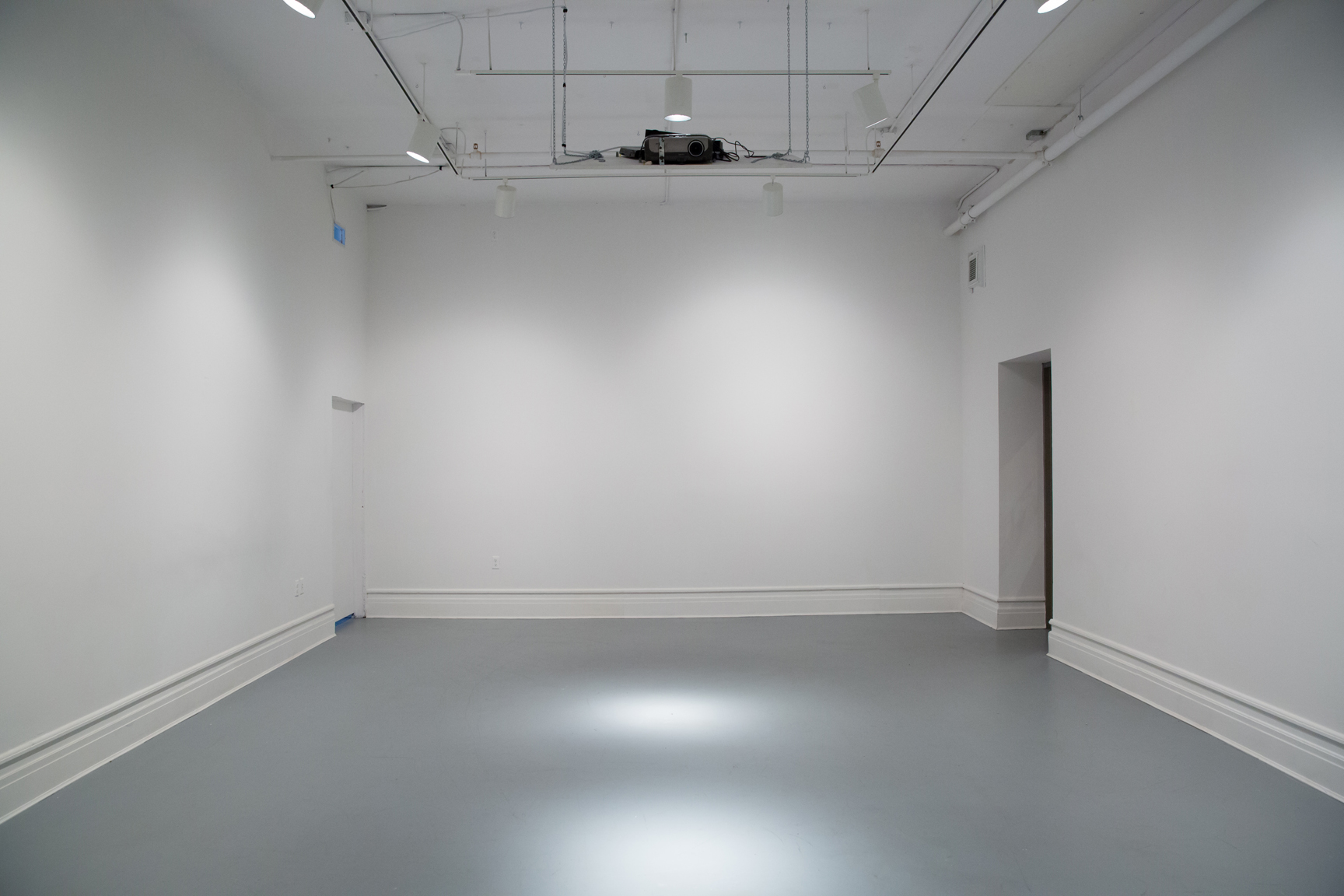 La galerie titulaire : vide  The main gallery space : empty