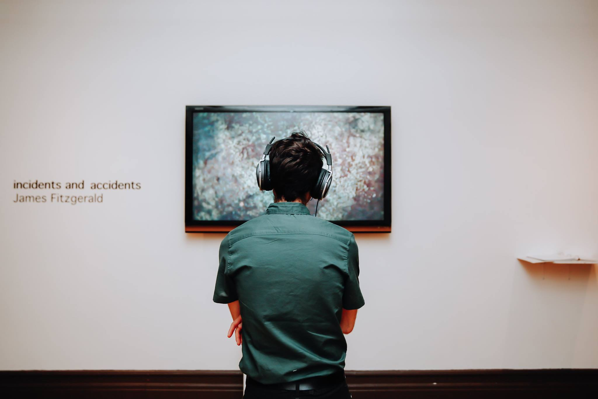 Un visiteur devant l'œuvre  incidents and accidents  de James Fitzgerald - 2017  A visitor in front of James Fitzgerald's  incidents and accidents  - 2017