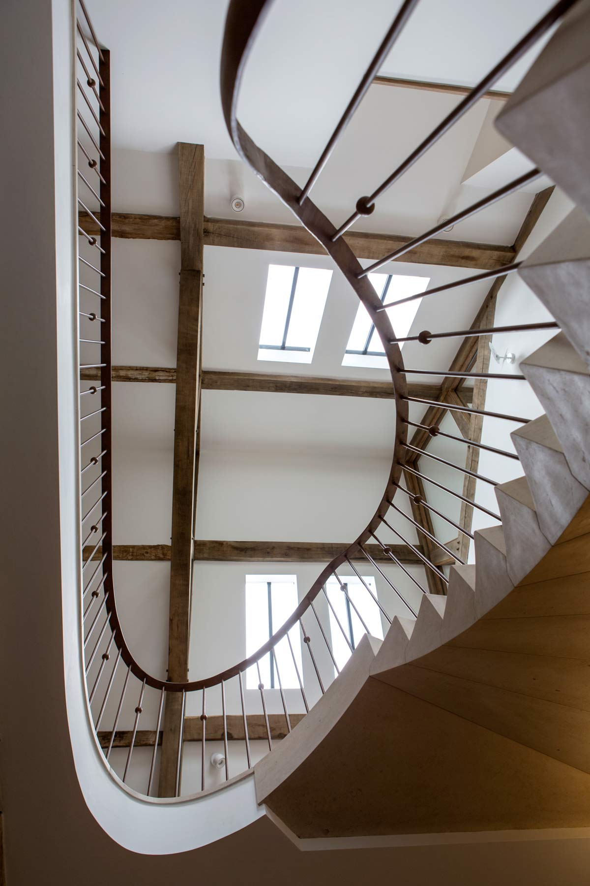 sculptural-curved-limestone-staircase-3-iron-spindles-ballustrade-oxfordshire-rogue-designs-ian-knapper.jpg