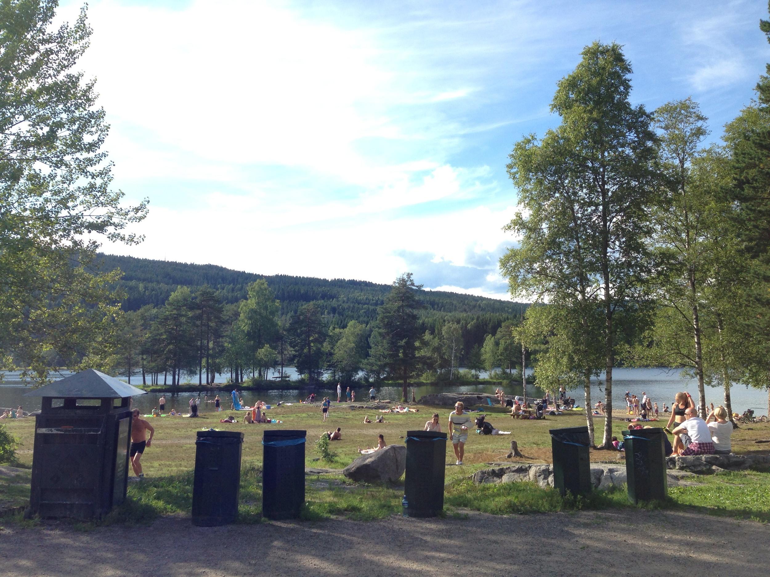 Det var en del som nøt sommeren ved Sognsvann, og ut i fra aktiviteten på parkeringsplassen, så det ut som ettermiddagsskiftet var i gang med å gå på, mens dagskiftet takket for seg.