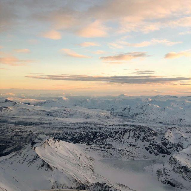 Liten tur på mølla i dag. Siden det ikke ser så spennende ut, får dere heller er et bilde fra de fine fjellene rundt Bodø 😁👌 Progressiv bakkeøkt, for år este vannet etter siste forkjølelse. Holdt 5:00 pace hele veien med unntak av siste bakkedrag. Nedvarming på 5:00-4:15. 2k, 5:00@4% /  2k, 5:00@6% /  1k, 5:00@8% /  500m p 5:00@2% /  500m 4:00@8% /  Ca 360hm over økten totalt _______________________________________ #timetoplay #running #run #ultra #ultrarunning #northernplayground #veientilxreid
