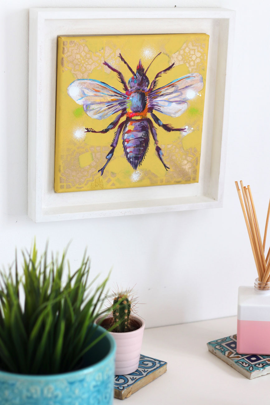 BEE-utiful art for any space in your home - Because of the bijou size (27 x 27 cm), you'll easily be able to hang the painting anywhere in your house. Put it in your living room to create a buzz for guests, or give your bedroom a boutique vibe by hanging it next to your bed. Sweet dreams!