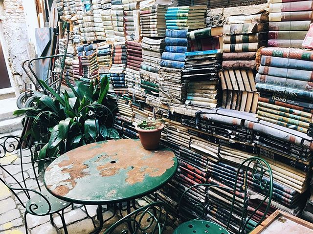 Books on books on books 📚 . . . . . . . #adventure #travel #instafollow #love #travelgram #instago #seekmoments #instagood #instatravelling #instavacation #getaway #thatsdarling #wanderlust #travelingram #tagsta_travel #darlingmovement #hygge #liveauthentic #thehappynow #livefolk #darlingcouple #picoftheday #findyourspot #darlingadventure #darlingescapes #likeforlike #lovethenortons