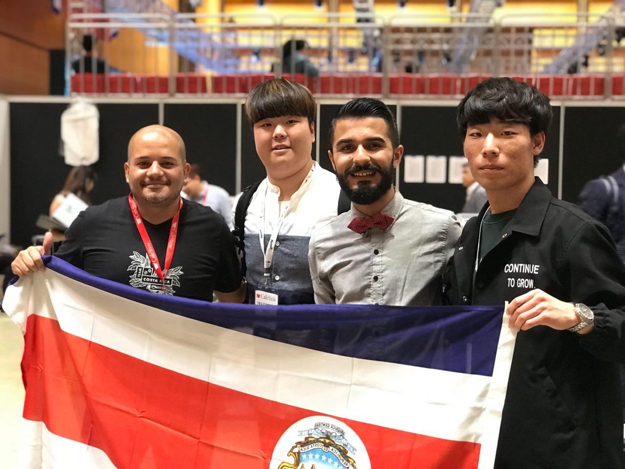 El costarricense y su entrenador, tuvieron la posibilidad de compartir con otros competidores de distintas partes del mundo.