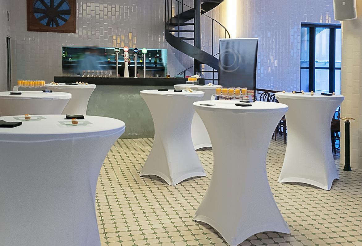 Un producto especial para hoteles y restaurantes es la línea de mobiliario Zown, la cual ofrece una alternativa ligera y a prueba de golpes.