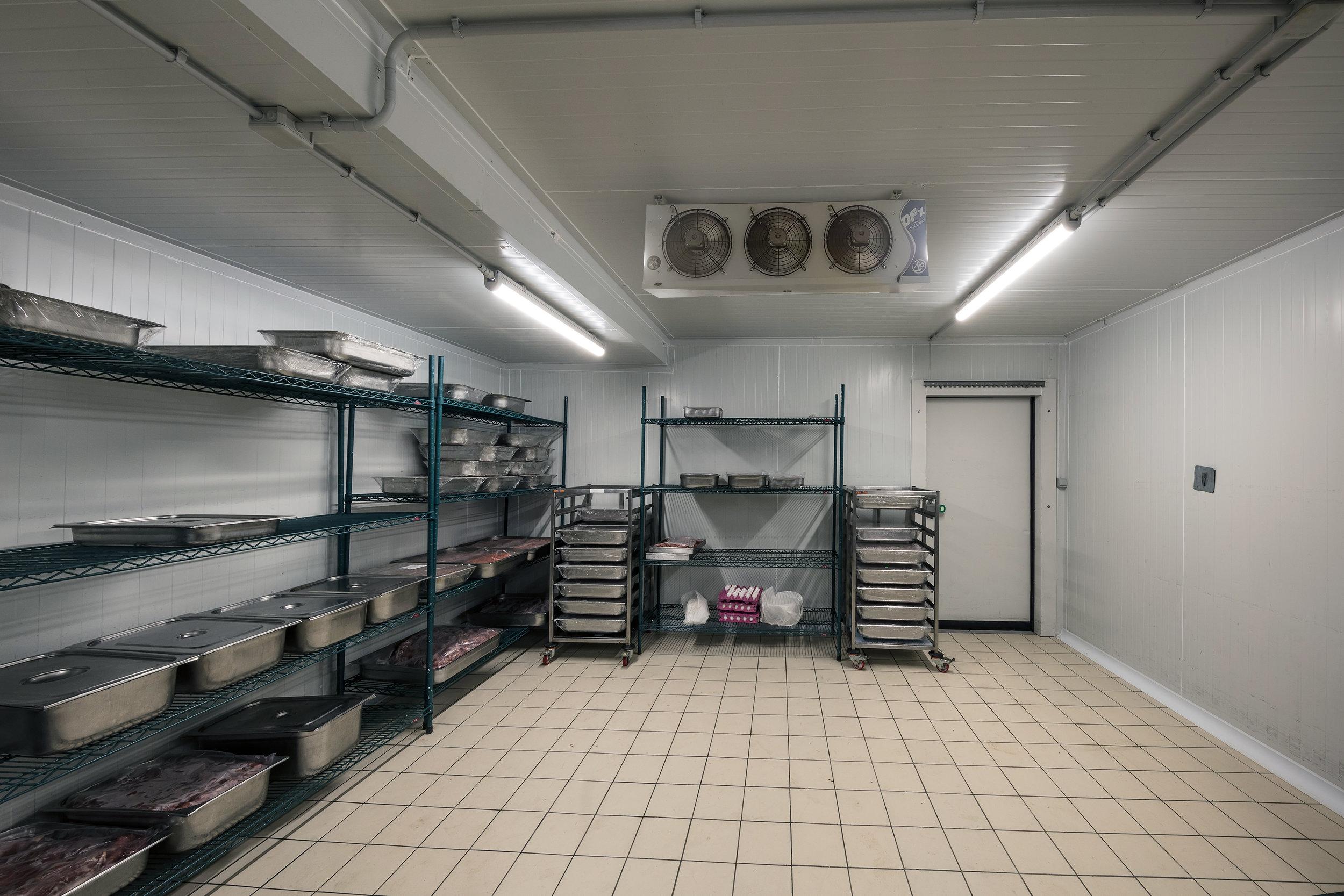 Los cuartos fríos deben limpiarse con productos especiales que sean para superficies que están en contacto con los alimentos.