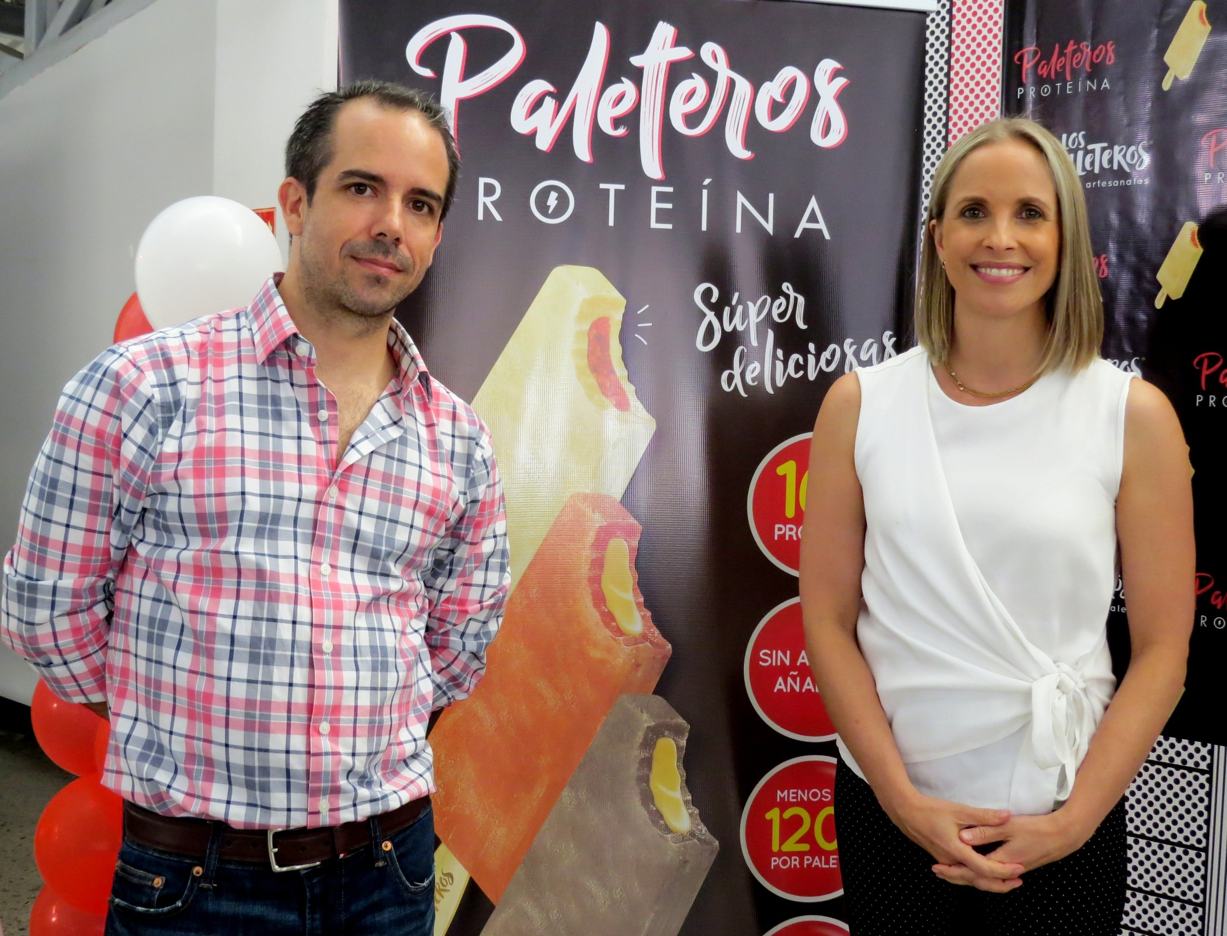 Foto 3.JPGEnrique Artiñano, gerente general de Los Paleteros y la nutricionista Kathryn Von Saalfeld, quien les colaboró en el desarrollo de las paletas saludables.
