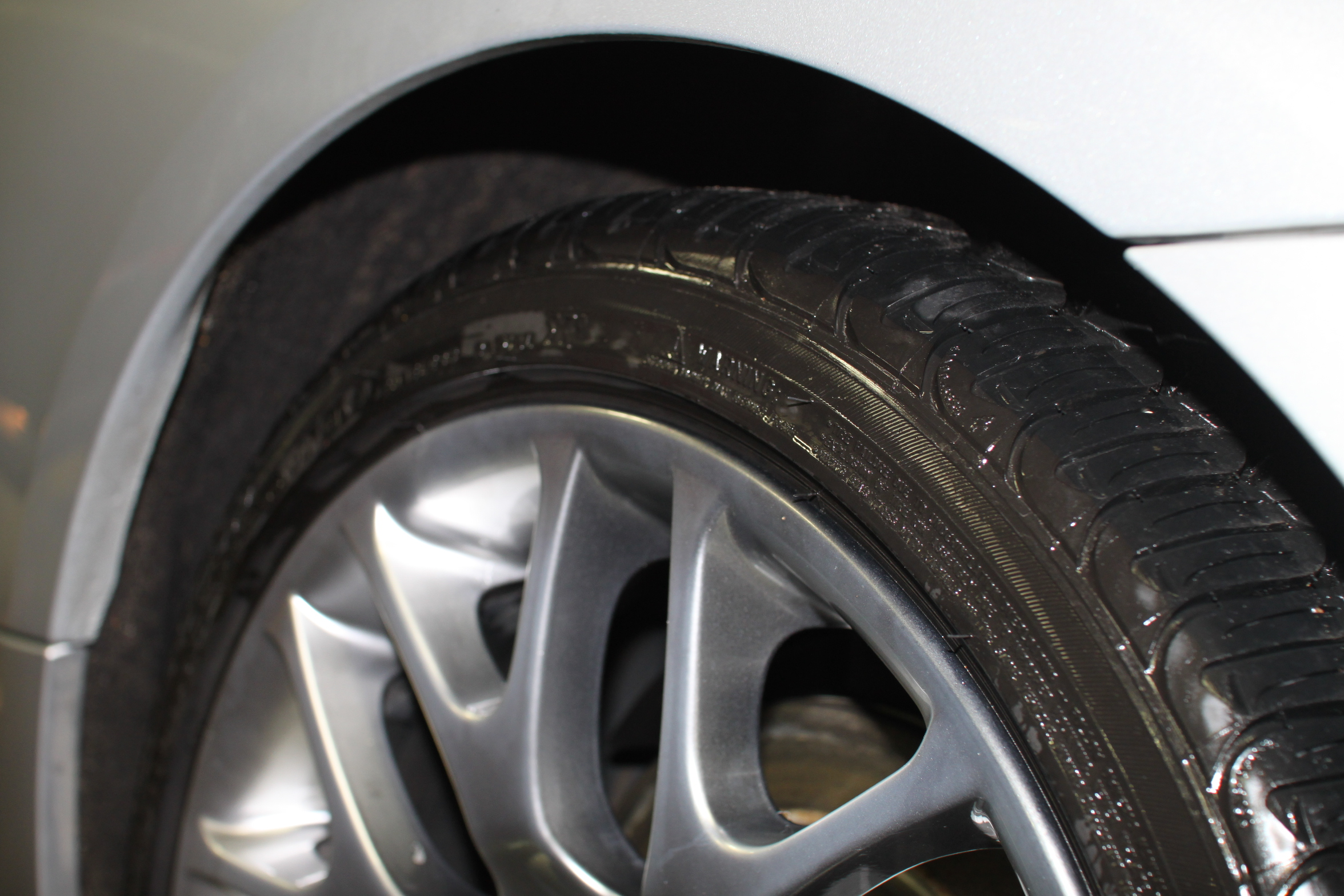 High quality tire shine, with silicone, leaves the tires with a wet look...