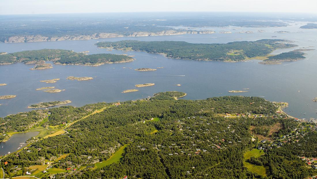 Hvalers sør-østre øyer. Sydlige delen av Kirkøy nederst i bildet, Nordre Sandøy til venstre i bildet, Søndre Sandøy i midten, og Sverige helt bakerst i bildet.