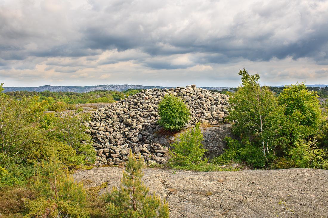 Gravrøysen på Søndre Sandøy som ligger på den søndre delen av øya forteller om en tid hvor det bodde mennesker på øya før vikingtiden.