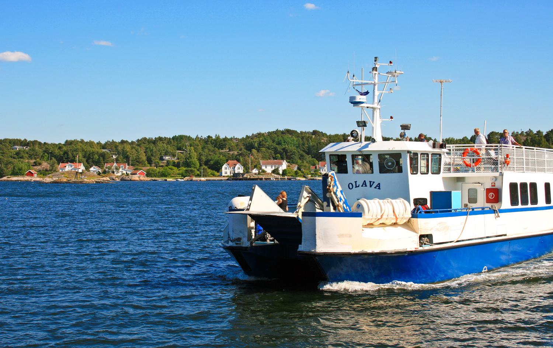 Fergene til Hollungen seiler blant annet gjennom det vakre Gravningsundet (sundet mellom Søndre Sandøy og Nordre Sandøy.