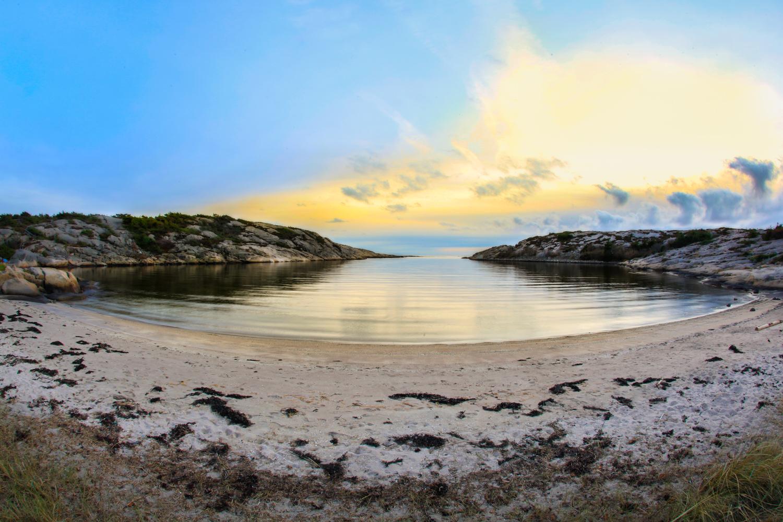 Dette er den første sandstranden man ankommer om man går stien fra bilparkeringen. Stranden er tross alt så fin og absolutt en av Oslofjordens fineste samt svært barnevennlig. Det er derfor selvfølgelig naturlig slå seg ned her, men da vet man ikk hva man går glipp av helt ytterst ute til høyre i bildet.