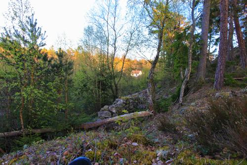 Fra tråkke tar du en lite synlig sti opp til venstre, du vet du er på rett vei om du passerer rester etter tidligere bosetting og gamle steingjerder.