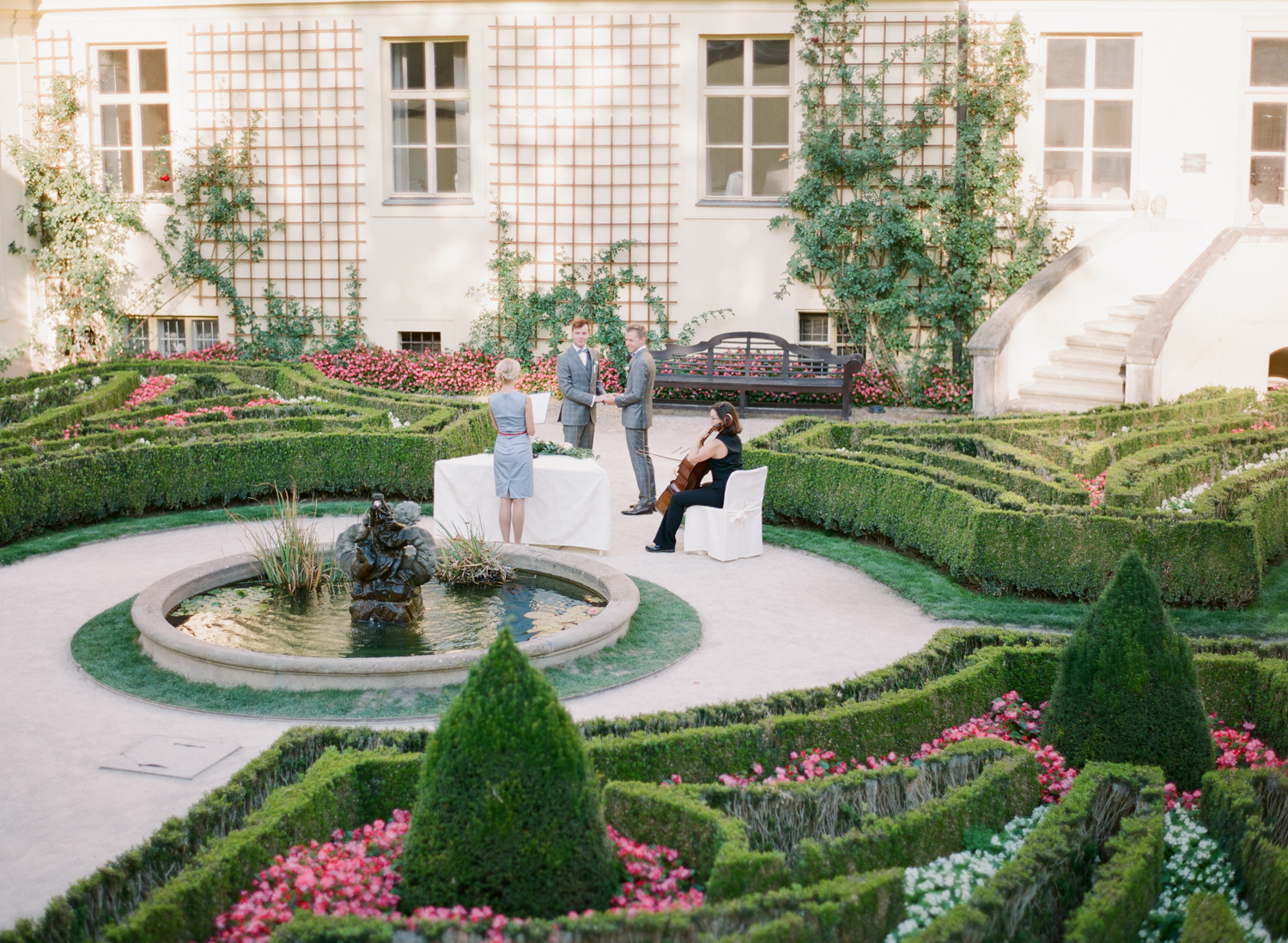 prague_wedding_vrtba_gardens_elopement_film_wedding_photographer_nikol_bodnarova_20.JPG