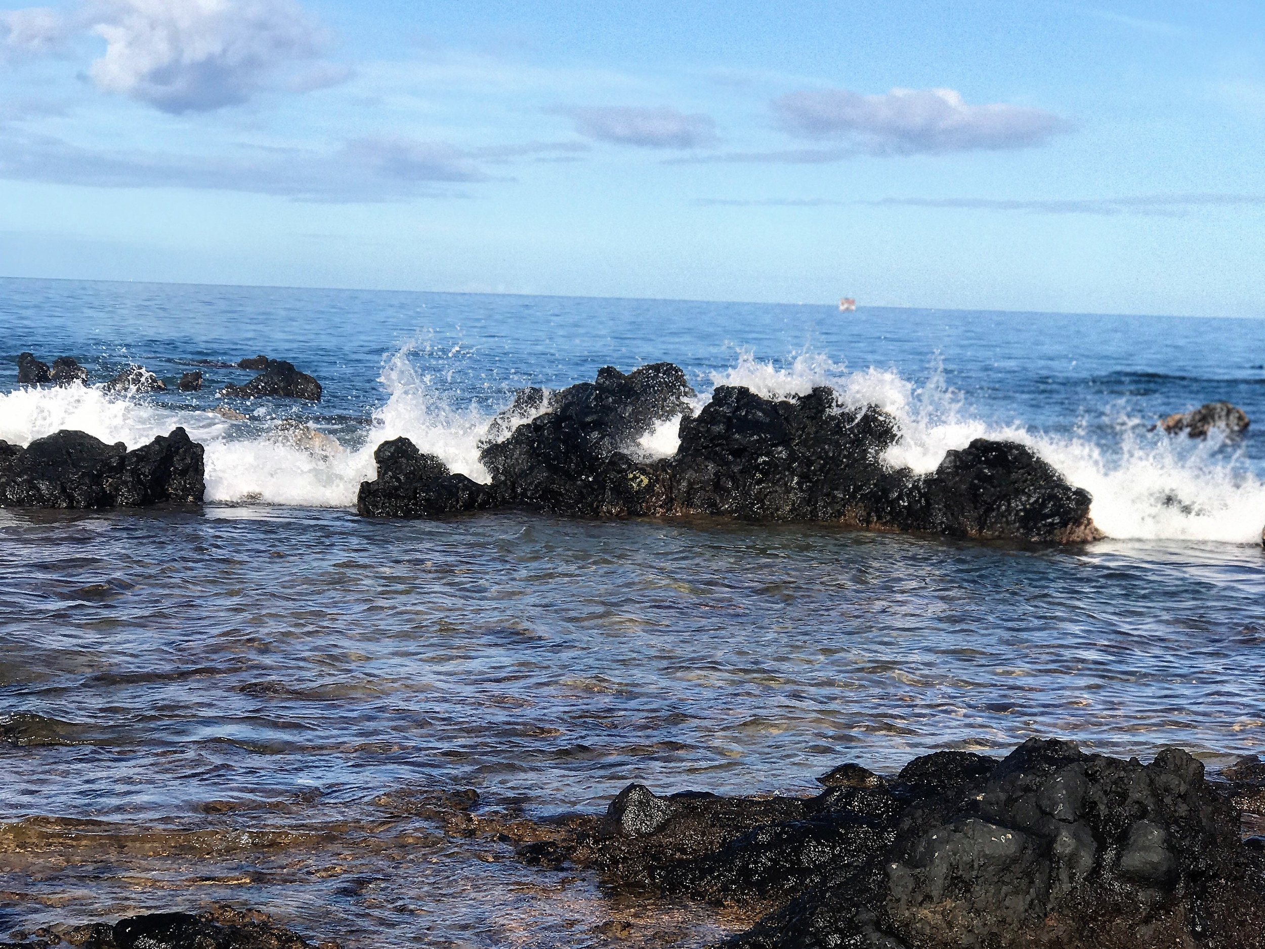 Waves on the beach in Wailea / warpoweft.com