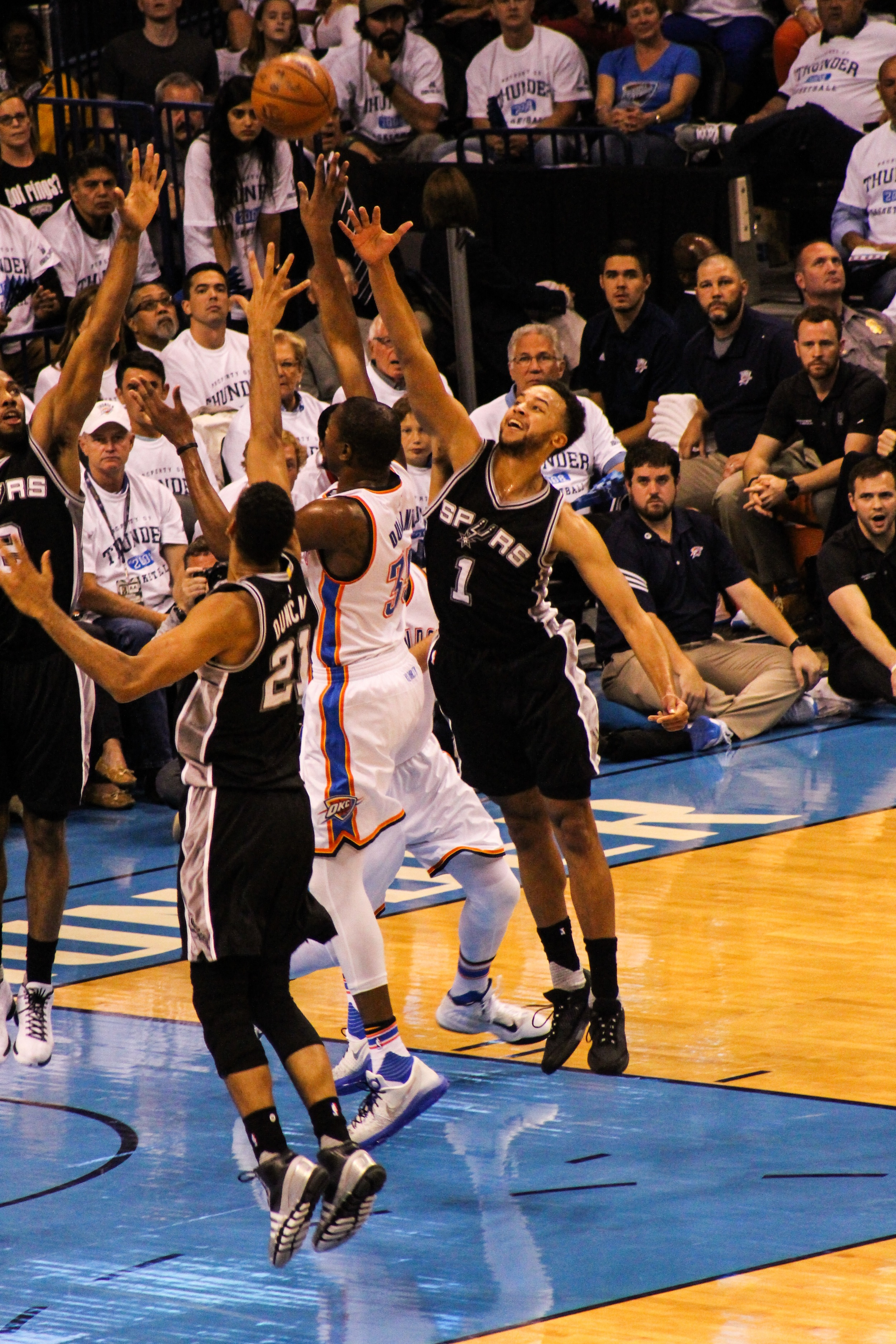 Thunder forward Kevin Durant driving into the lane for a floater over Spurs center Tim Duncan and forward Kyle Anderson. (Photo By Sam Murch/InsideThunder.com)
